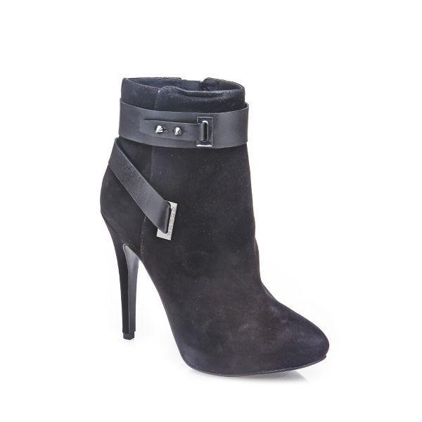 Guess'in ayakkabıları her tarza zerafet ve şıklık katıyor. #maximumkart #ayakkabı #kadınayakkabı #ayakkabımodelleri #shoes #siyahayakkabı #topukluayakkabı