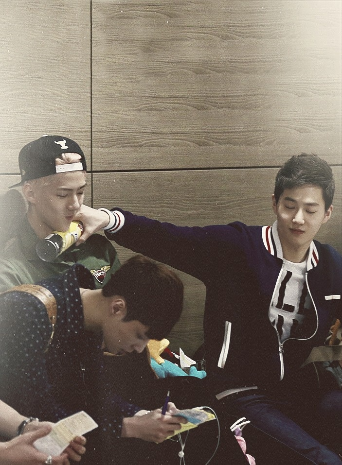suho resting a can of lay's onto sehun's neck ft lay over there lol.