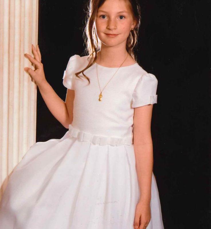 Os presentamos el modelo Lazos para la comunión de nuestras niñas. Este vestido esta realizado en organza blanca. Cuenta con un cuello muy favorecedor acompañado de detalles en la cintura que estiliza a la protagonista del día. Irulea Moda infantil y lencería femenina. #irulea #donostia #sansebastian #princesscharlotte #newroyalbaby #bayfashion #modainfantil #Modaniña #lenceria #ropaniños #princesacarlota #ropaverano #communionsuit #costumedecommunion