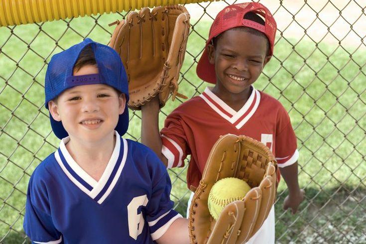 Juegos para niños ciegos que necesitan actividad física. Los niños ciegos necesitan tanta actividad física diaria como sus amigos que pueden ver, por lo que es importante tener capacidad de adaptación a los tipos de juegos que puedan jugar. Algunos de los juegos y actividades como el baloncesto o ...