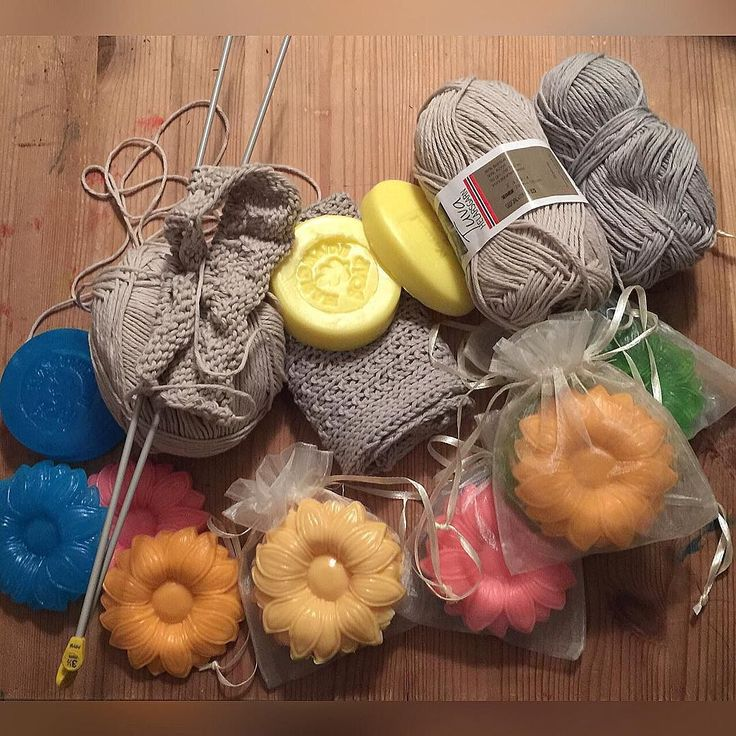 Jeg er truende til å gi hjemmelagde vaskekluter og såpe som julegave  til hele familien.  #vaskekluter #strikk #hjemmelagdesåpe  #såpe #julegavetips #julegaver #hjemmelaget #tuvahelårsgarn #europris #panduro by roversreidunk