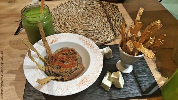 Hummus de berenjena con queso feta en Chaitea Hausfood. Delicioso restaurante y muy sano en Barcelona.