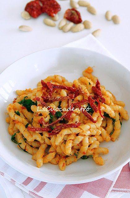 Fusilli al pesto di pomodori secchi, mandorle e zafferano | La Cuoca Dentro