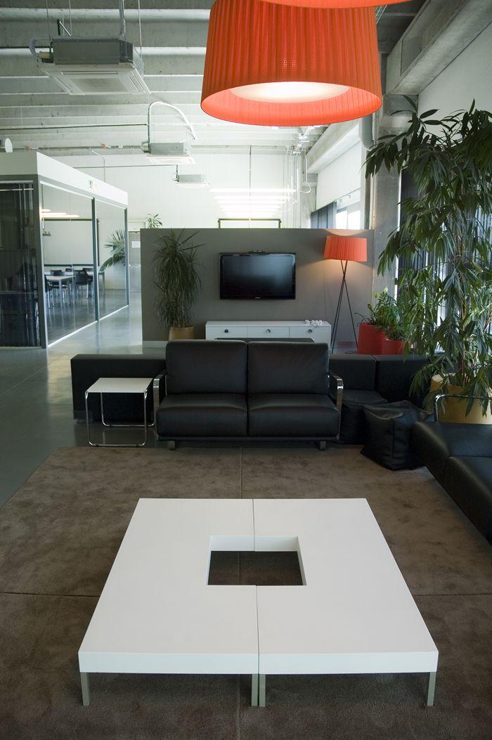 Vestíbulo de oficina que sirve también de zona de descanso para los trabajadores.