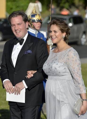 Irmã do noivo, a princesa Madeleine chega ao evento acompanhada do marido, o empresário Chris O'Neill Foto: TT NEWS AGENCY / REUTERS