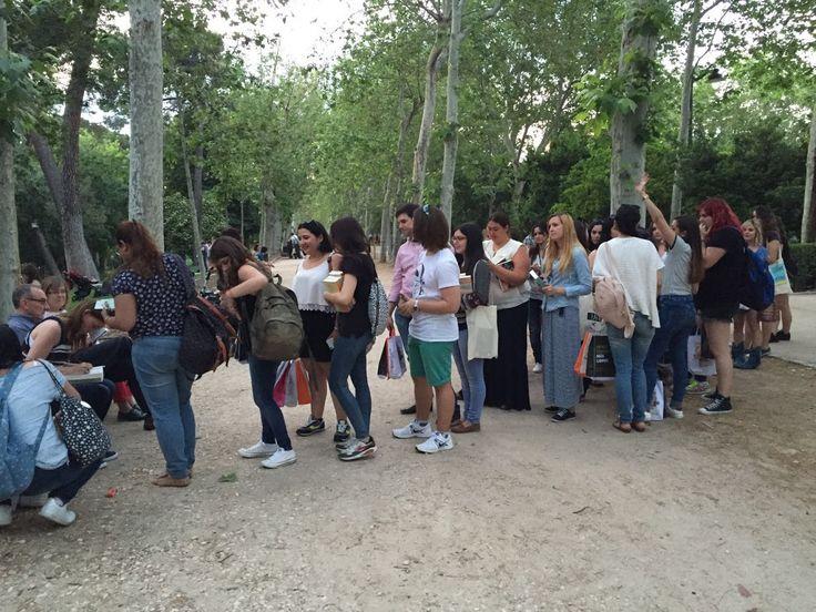 María Martínez firmando 'Rompiendo las reglas' en el Parque del Retiro de Madrid