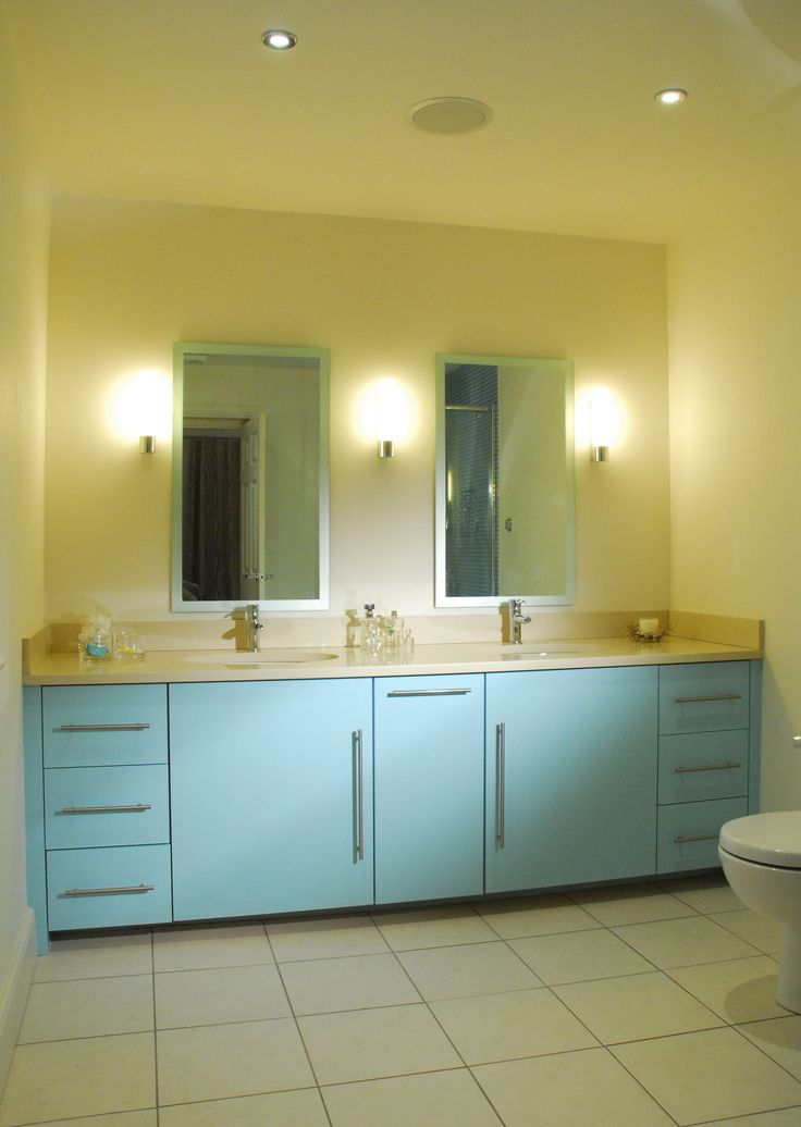 Three wall lights ensure great mirror lighting at both washbasins