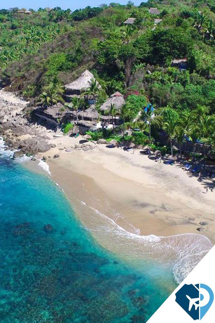 """Playa escondida, Nayarit. Esta playa verdaderamente escondida, a pocas calas al sur de Sayulita, es una de las joyas secretas de la costa de Nayarit, y hogar del exquisito Hotel Playa Escondida, inspirado en la Naturaleza, realmente una maravilla orgánica. Un hotel sin señalización, sin un mapa, que ha crecido intuitivamente en su exuberancia, frente a la playa, Playa Escondida es un refugio, incluso de lo que algunos llaman """"ajetreo"""" de Sayulita."""