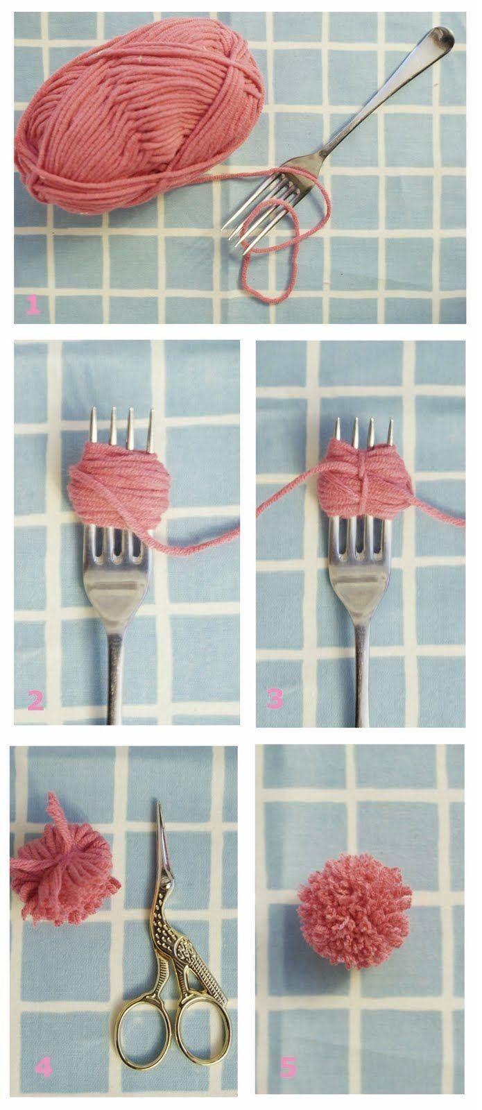 Pompom slingers maken met een vork. Leuk om een middag te doen tijdens een kinderfeestje.