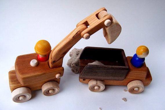 Cette liste est pour le chercheur et le camion-benne.  Le petit chercheur est la taille parfaite pour aller avec vos autres véhicules de petites gens. Elle est faite de merisier massif bois (sauf le scoop, qui est lérable) et a terminé avec mon vernis de la maison de cire dabeille naturelle. Le bras de lexcavateur se plie facilement aux articulations, mais est encore assez raide de détenir toute fonction votre enfant souhaite quil soit en. Le corps pivote au-dessus de la base.  La personne…