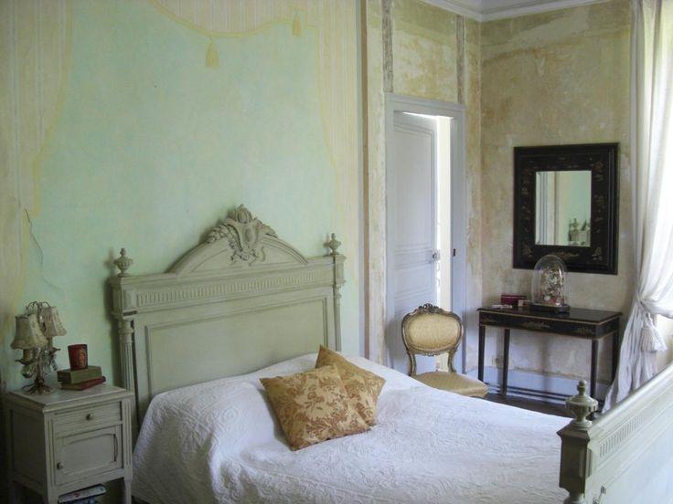 quarto com mobília pintada de cinzento