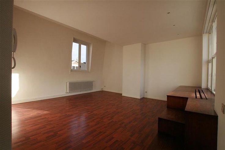 Appartement met 1 slpk - 800€ - Hopland 44, 2000 ANTWERPEN 2000 - Op een TOPLIGGING in Antwerpen, HOPLAND het verlengde van de SCHUTTERSHOFSTRAAT, een 1-slaapkamerappartement. Op wandelafstand van de Meir, nieuwe Stadsfeestzaal. Indeling: gelegen op de 3de verdieping, ruime leefruimte ca. 30m² met aansluitend een volledig geïnstalleerde open keuken (afwasmachine, elektrisch kookvuur, combi oven, koelkast), aparte slaapkamer, ruime badkamer met lavabo, toilet en douche. Er is een gezellig…