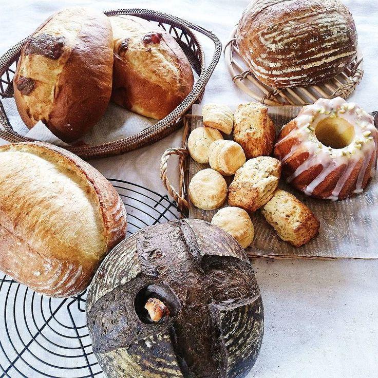 2016.5.12 .   Homemade bread  週末に焼きだめしたパンたち  一部はお嫁入りに  記録用として . カンパーニュ ブラックココアとコーヒーのカンパーニュ . (クリチ入り) チーズクッペ スコーン 砂糖入れ忘れたスコーン(笑) ウィークエンドシトロン グラノーラ .   by mi_0803