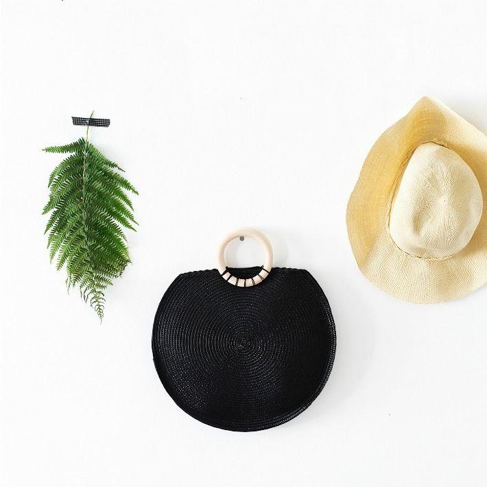Este fantástico bolso está hecho con dos salvamanteles. ¡Un complemento de diseño ideal para tus mejores looks que puedes realizar con materiales muy económicos!