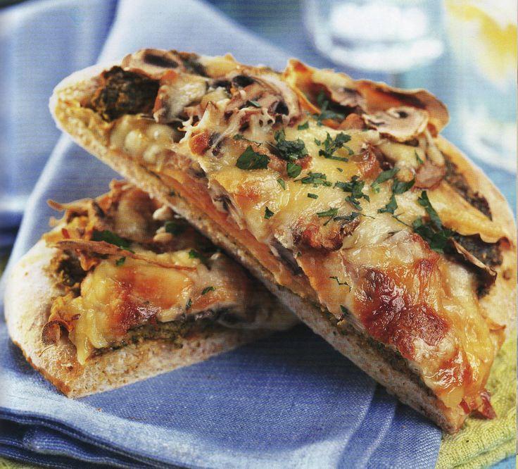 Vegetarische pizza met pesto is een lekker recept en bevat de volgende ingrediënten: 75 g gedroogde pompoenpitten, ¼ kopje verse basilicumblaadjes, ¼ kopje verse peterselie, 1 teentje knoflook, geplet, 60 mL tomatenpuree, 1 kleine (300 g) kumara, kookoliespray, 150 g champignons, in schijfjes gesneden, 60 g vetarme cheddar, geraspt, 50 g vetarme mozzarella, geraspt, 40 g vetarme Parmezaanse kaas, geraspt, pizzadeeg:, 2 tl gedroogde gist, 1 tl suiker, 60 mL lauw water, 240 g volkorenbloem, ½…