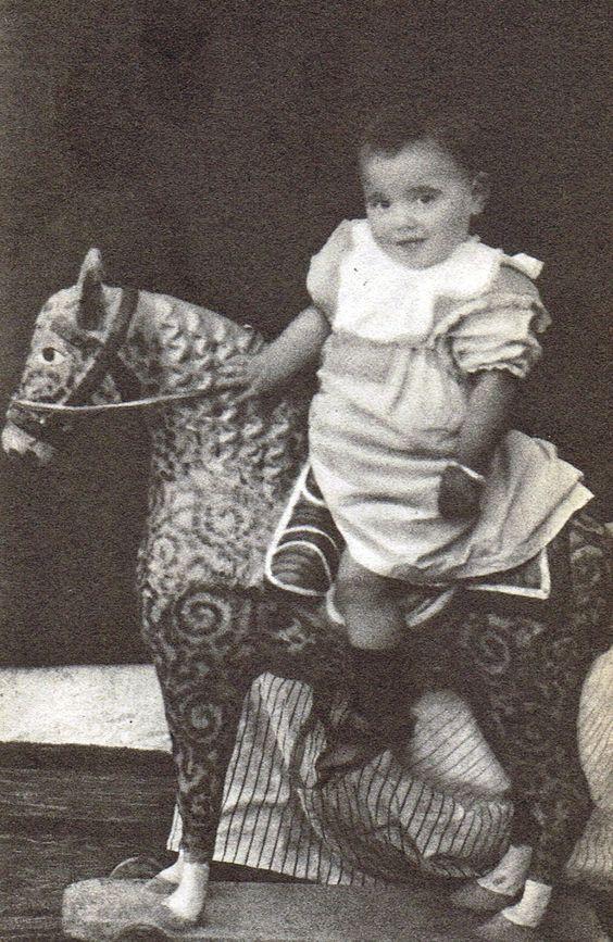Lorca en su primer cumpleaños. (tercera fotografía)