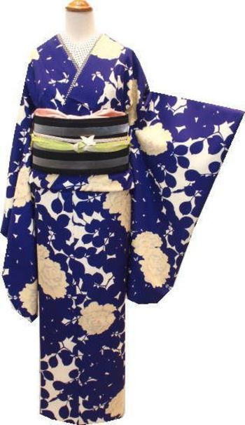 こちらも着物と同系色の細かいドット柄を襟元に持ってくることで、現代風の装いに早変わりです。