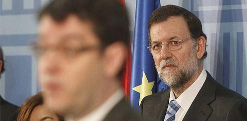 Alvaro Nadal..., el hombre que apenas sale en las fotos, pero del que está pendiente Rajoy.  El hombre que 'susurra' en el oído de Rajoy tiene 'colocados' a su gemelo, mujer y cuñada en la Administración… ¡sin complejos! Álvaro Nadal, director de la oficina económica de Rajoy, es el jefe de un clan familiar que ejemplariza el significado de nepotismo..,
