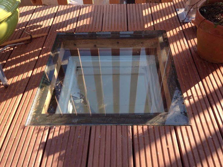 Beloopbaar glas verzonken in dakterras vloer, geplaatst boven een ventilatie koepel.