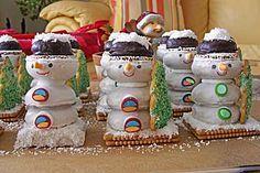 Schneemänner aus Keksen und Lebkuchen