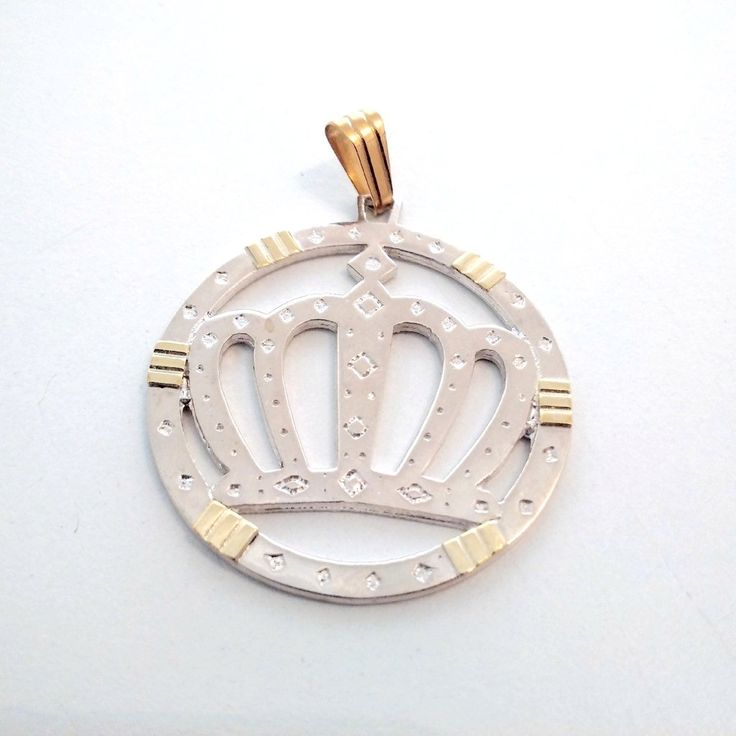 Medalla Corona en Plata 925 y apliques de oro. Encontrarla en nuestra tienda www.predilectajoyas.com.ar