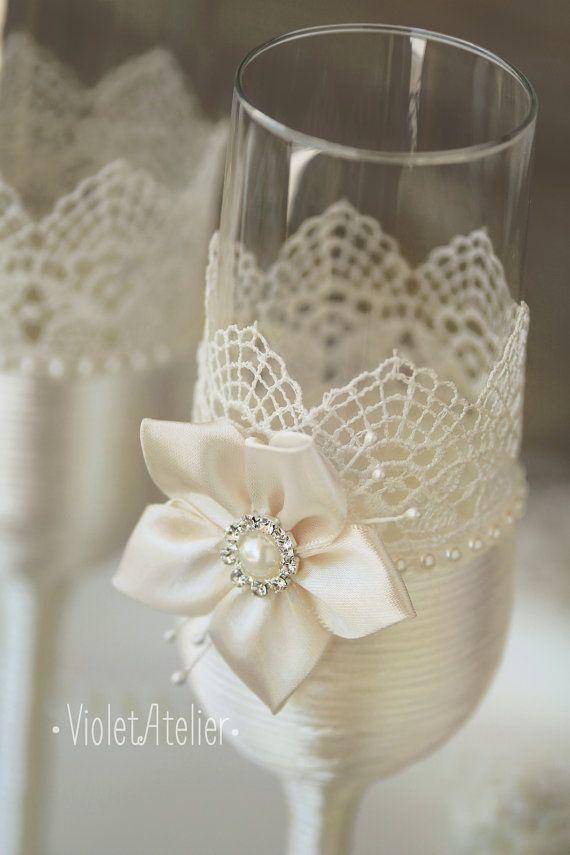 Sistema de gafas tostados de encaje, 2 flautas tostado flores por encargo. Un detalle impresionante para brindis de novios.  Los vidrios son 22,5 cm de alto / / aprox. 8,9  Cada vidrio es envuelto por el cordón de satén blanco, decorado con encaje y adornado por hermosas flores hechas a mano de Satén con diamantes de imitación perla en el centro.  *** Debido al trabajo hecho a mano completo pueden ocurrir desviaciones pequeñas en la posición de cada elemento, pero el resultado final...