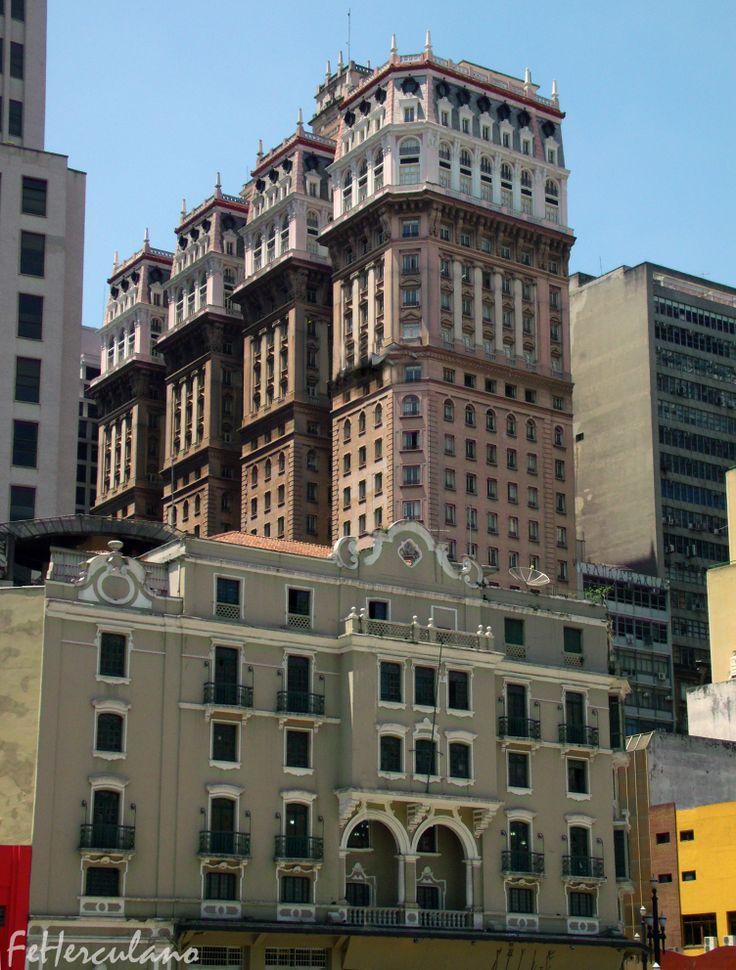 """Em primeiro plano, o Palacete Guanabara, construído em 1922, serviu a vários estabelecimentos, entre eles o jornal """"A Manhã"""", o Restaurante Pinguim e galerias de arte. Em segundo plano, o Edifício Martinelli, que teve construção iniciada em 1924, com projeto de 12 andares e foi inaugurado em 1930, 30 andares e 130 metros de altura.  Foto: Felipe A. Herculano - Out./2013"""