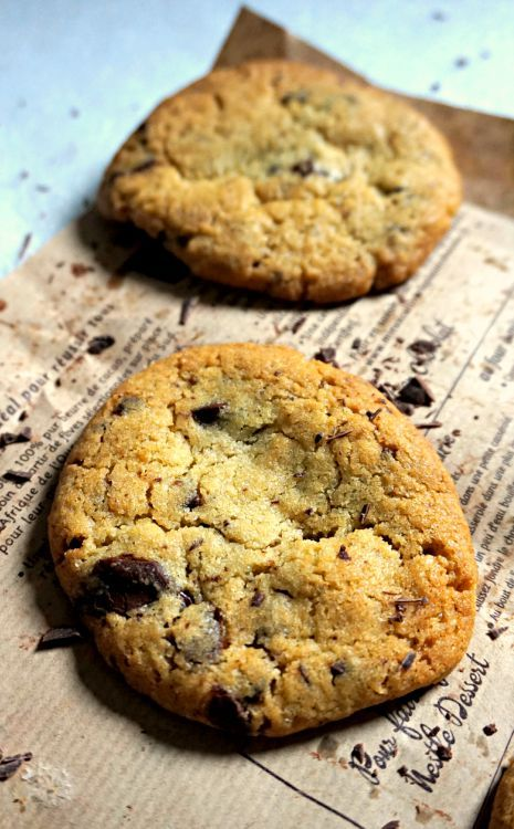 Des cookies croustillants à l'extérieur, moelleux et chewy à l'intérieur, avec d'énormes pépites de chocolat! Miam!
