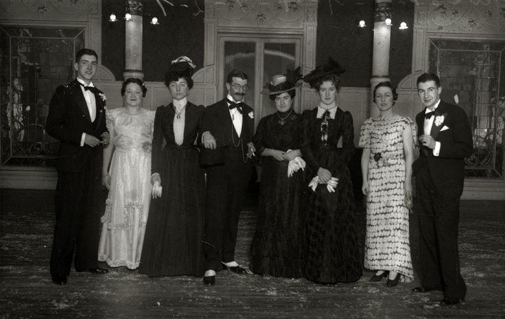 """Fiesta de disfraces """"1900"""" celebrada en el Gran Casino de San Sebastián en 1935. Fotógrafo Ricardo Martín."""