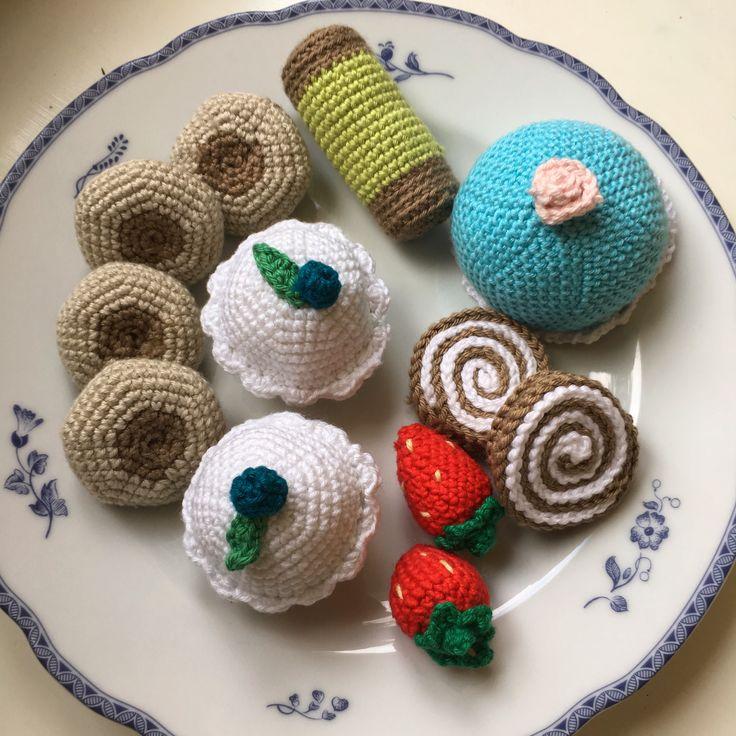 Några kakor som jag har virkat 😊 #virkat #crochet #virkadkaka #virkadekakor  @ELINORP on instagram 😊