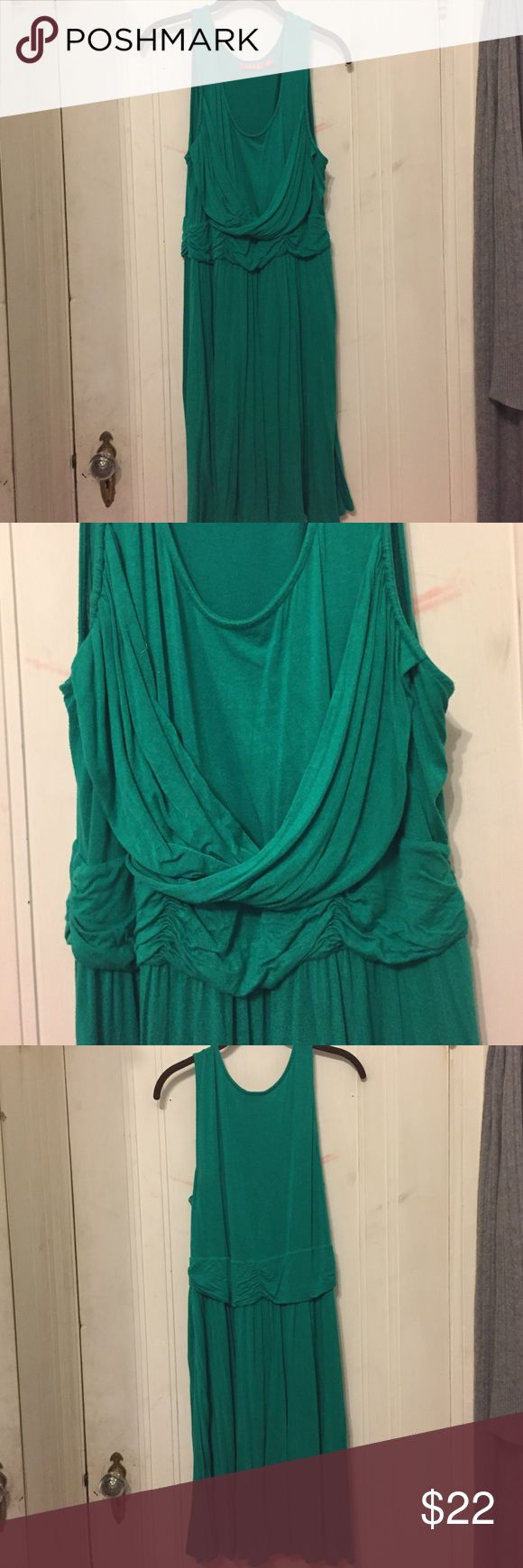 Kelly Green Dress This Kelly green dress feels just like a comfy t-shirt or pajamas. Greek goddess styling at the waist offer a waist defining silhouette. Elle Dresses