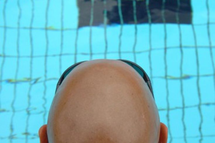 Ejercicios en la piscina para personas de la tercera edad. Envejecer no significa ser menos activo. Las personas de la tercera edad que quieran seguir moviéndose y hacer ejercicios de buena calidad durante la semana se pueden beneficiar de las ventajas de ejercitarse en la piscina. El agua no sólo ...