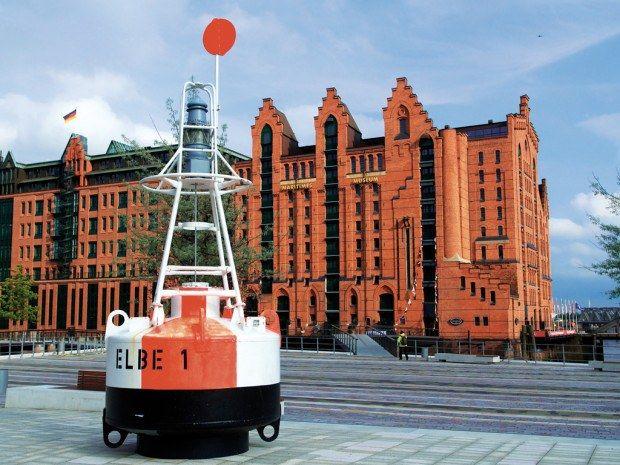 Die Fahrwassertonne ELBE1 weist den Weg in das Maritime Museum. (©vdl Foto: Michael Zapf Pressefotografie   Hamburg ; IMMH Maritimes Museum)