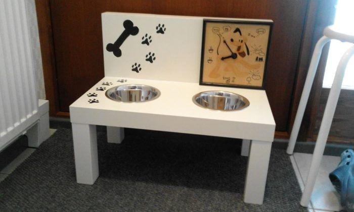 Facebookin roskalavalta saatu pöytä askarreltu koiran ruokapöydäksi. Pöydässä ollut kolhu peitet ...