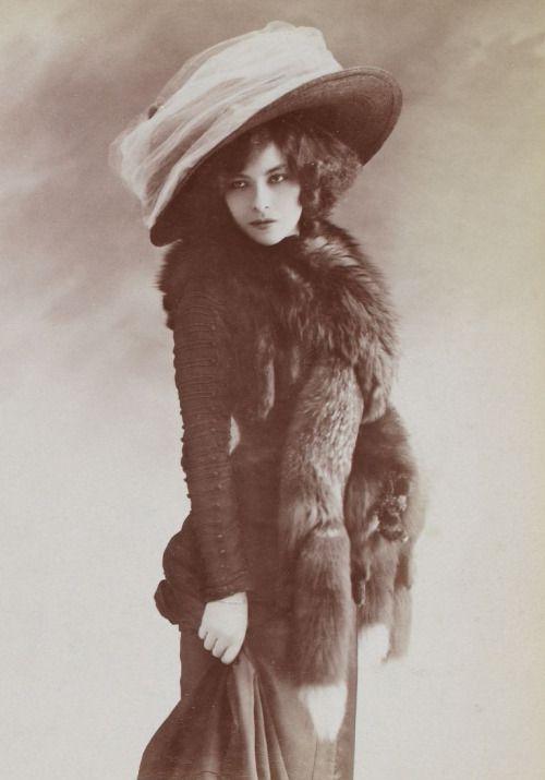 Mlle. Polaire Polaire (Emilie Marie Bouchaud) (1874-1939). L'une des personnalités les plus célèbres et originales de la Belle Epoque.