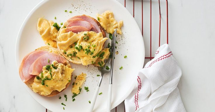 START making breakfast exciting! Try this Bagel with creamy scrambled eggs and ham