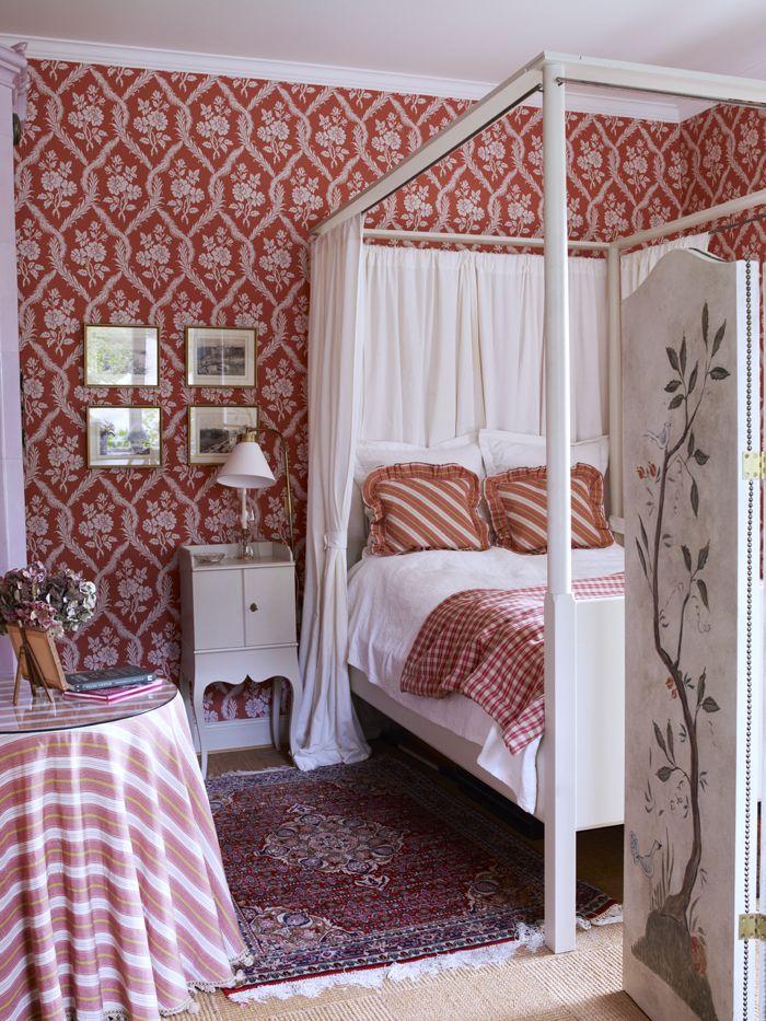 Tapet Damask galant från Colefax & Fowler. Himmelssäng Skattmansö ur Ikeas 1700-talsserie har försetts med vitt linnetyg att dra för. Pottskåp Västra Ny köptes samtidigt som sängen. I förgrunden en vikskärm med 1700-talsmotiv, målasd av konservator Ingela Ryhede.