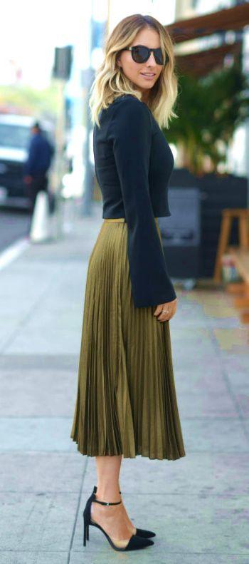 24 Fashionable Khaki Skirt Outfits To Flatter Your Figure #khaki #skirt #outfits #summer #chic #olive #spring