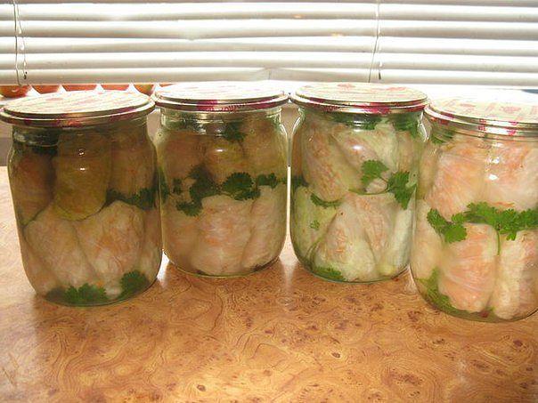 Маринованные голубцы с морковью по-корейски  Листья капусты бланшировать как на обычные голубцы. Приготовить фарш с моркови, натёртой по корейски и чеснока. Приправить фарш приправой для корейской моркови. Начинить этим фаршем голубцы. Скласть их в баночки и залить россолом.  Россол для маринованных голубцов: на 1 литр воды – 1,5 столовой ложки соли, по 0,5 стакана сахара, растительного масла и уксуса 9%, лавровый лист, перец горошком. Всё доводим до кипения. Этим маринадом заливаем голубцы…