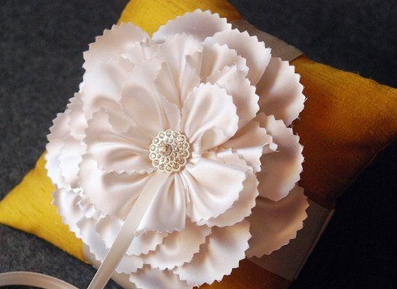 Ring Bearer Pillow  Cuscino di seta anello in oro di YANDEBRIDAL, $50.00