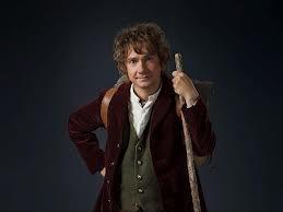 de hoofdpersonage is een hobbit. het zijn kleinere mensen met behaarde voeten die in de gouw wonen.