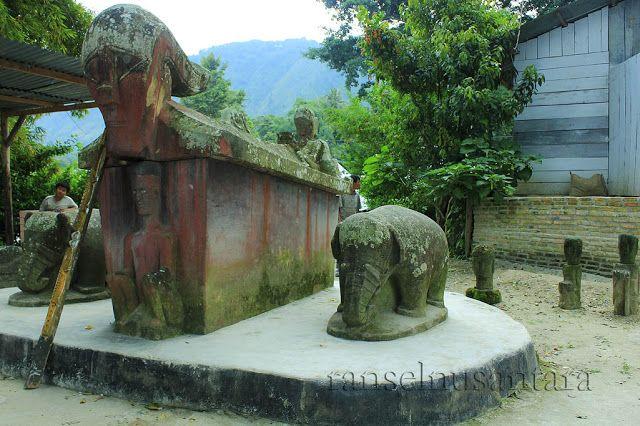 Kuburan batu (sarcopagus) salah satu Raja Batak di daerah Tomok