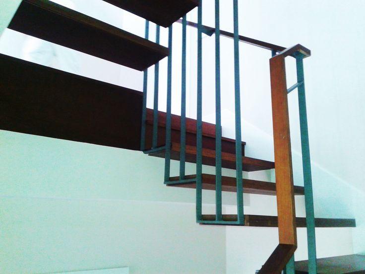 escalera madera y pasamanos metalico www.polosequerosarquitectos.com