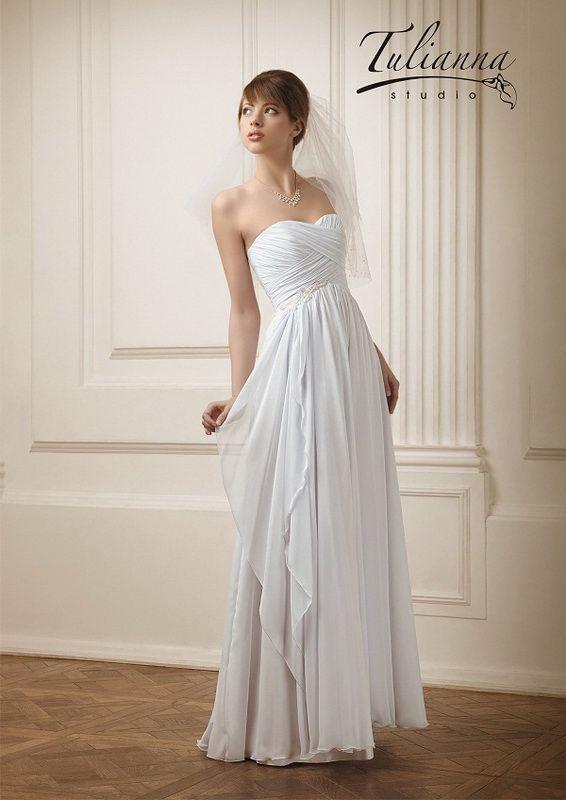 Свадебное платье: Долорес - http://vbelom.ru/catalog/svadebnoe-plate-dolores/ Прямое свадебное платье, расшитое узорами.  Изящное свадебное платье в греческом стиле. Корсет модели с V-образным вырезом и завышенной талией. Юбка скомпонована из нескольких легких слоев.
