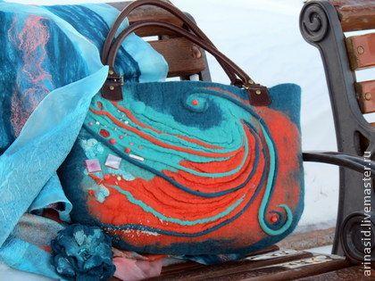 Комплект валяный `Арго`. Почему то зимой ..особенно хочется ярких красок. Сочные коралловые оттенки..насыщенная бирюза...и согреют... и добавят настроения своей хозяйке..Сумочка расшита натуральными камнями кораллами, бирюзой, жемчугом.