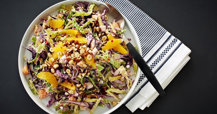 Smuk salat med med knasende sprødhed og saftig friskhed. Et dejligt tilbehør til fx stegte andebryster, flæskesteg, vildt eller til en helt almindelig frikadelle.