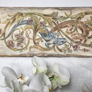 Фреска - от итальянского fresco - роспись по сырой штукатурке. Можно делать роспись и по сухомой штукатурке, на стене или доске. Эта техника подготовки поверхности широко использовалась уже за 2 тысячи лет до н. э. и остаётся актуальной до сих пор.   Самые известные мастера работали в технике фрески, итальянские палаццо, английские замки и русские храмы поражают нас красотой своих фресок. 🦋  Можно научиться творить это маленькое чудо, даже если вы рисуете не очень хорошо ил...