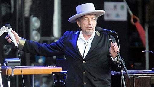 Bob Dylan heeft zaterdagmiddag in Stockholm de Nobelprijs voor de literatuur in ontvangst genomen. Deze kreeg hij voor zijn teksten van liedjes.