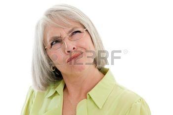 femmes matures: Mature, attrayante femme caucasienne faisant un visage confondu