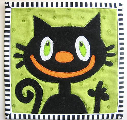 I'm all ready for Halloween, are you?  Mug rug by Carol Turznik | mamcjt blog
